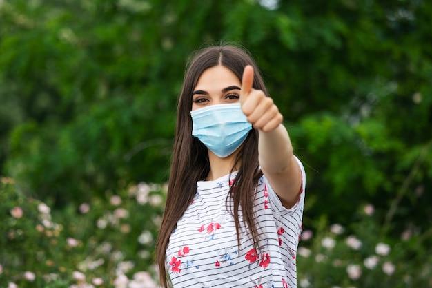 Porträt der jungen frau, die gesichtsschutzmaske trägt, um coronavirus und anti-smog zu verhindern. porträt der jungen frau, die gesichtsmaske trägt.
