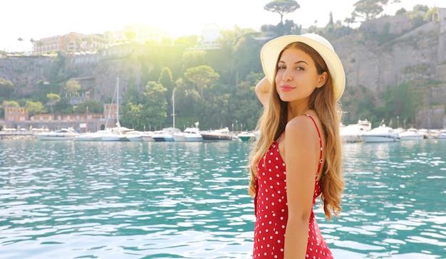 Porträt der jungen frau, die ihren hut im dorf sorrent, italien hält