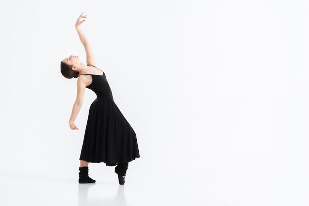 Porträt der jungen frau, die mit anmut tanzt