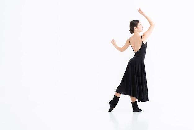 Porträt der jungen frau, die mit eleganz tanzt