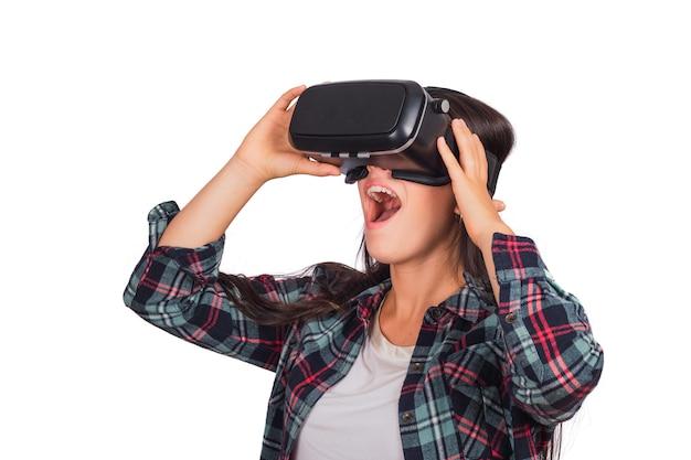 Porträt der jungen frau, die mit vr-headset-brille der virtuellen realität spielt, die auf studio isoliert wird. vr-headset-brillengerät. technologiekonzept.