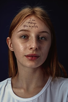 Porträt der jungen frau, die psychische gesundheitsprobleme überwindet