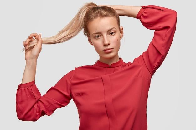 Porträt der jungen frau, die rotes hemd trägt