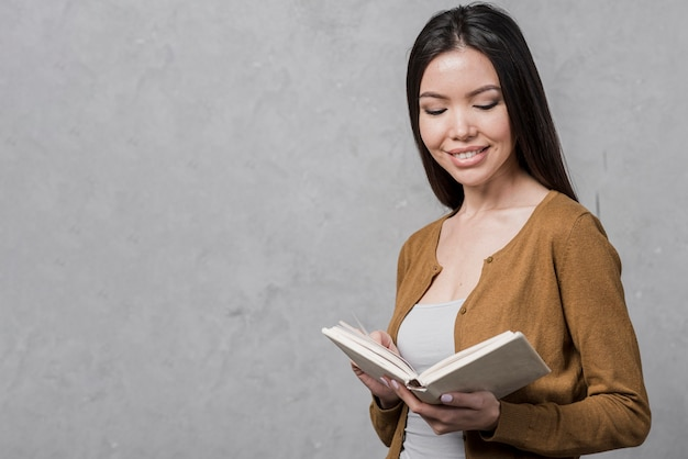 Porträt der jungen frau ein buch lesend