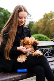 Porträt der jungen frau ihren hund halten
