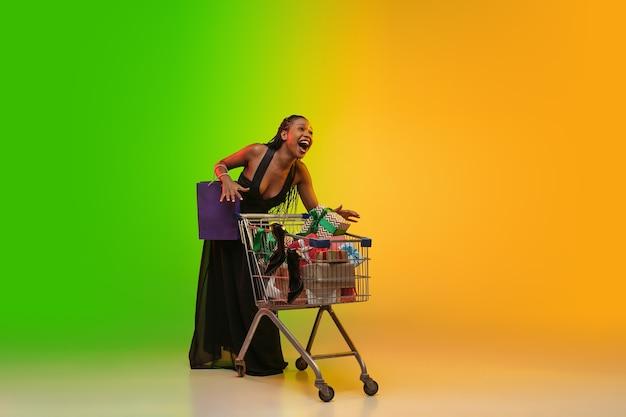 Porträt der jungen frau im neonlicht auf steigungshintergrund.