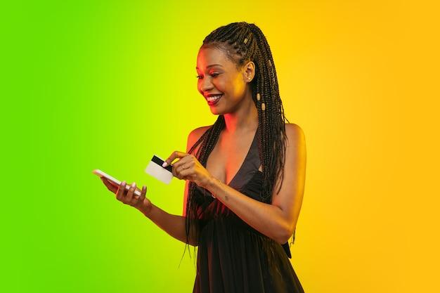 Porträt der jungen frau im neonlicht auf steigungshintergrund