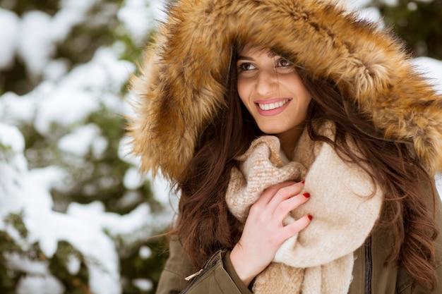 Porträt der jungen frau im winterpark