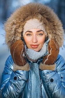 Porträt der jungen frau in der winterjacke