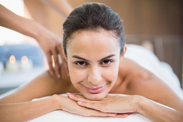 Porträt der jungen frau massage genießend