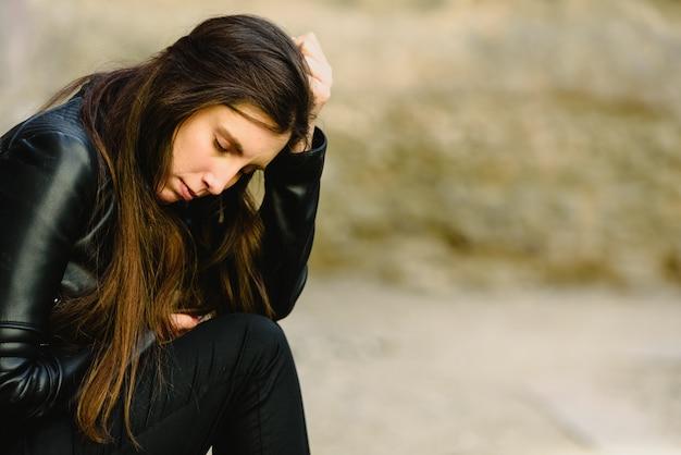 Porträt der jungen frau mit dem besorgten ausdruck, durchdacht über ihre zukünftige karriere.