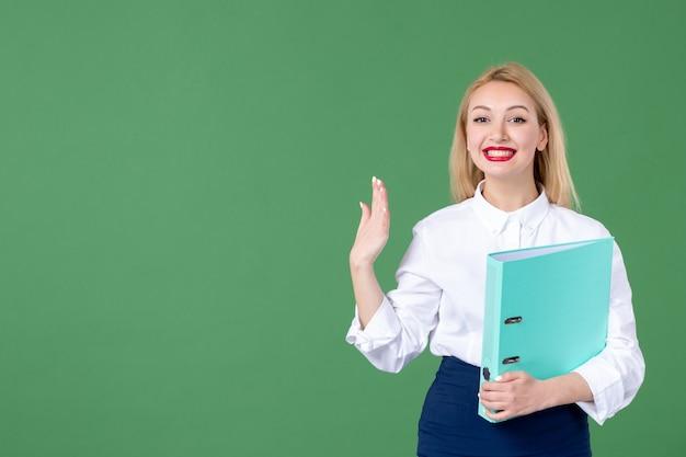 Porträt der jungen frau mit dokument grüne wand schüler unterricht schule