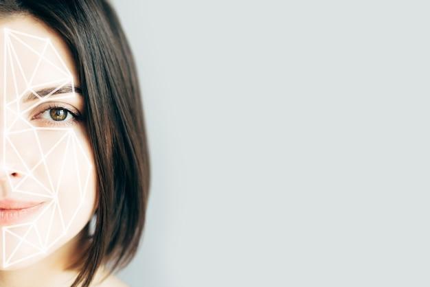 Porträt der jungen frau mit einem rasterfeld auf ihrem gesicht.