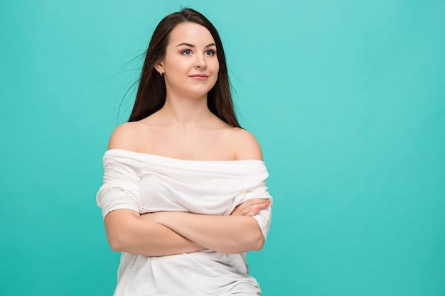 Porträt der jungen frau mit glücklichen gefühlen