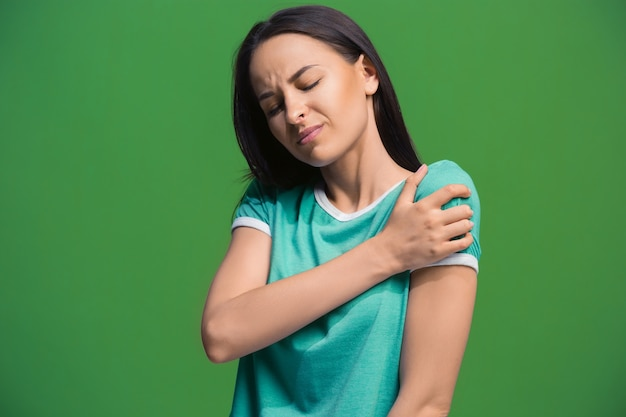 Porträt der jungen frau mit ihrem arm verletzt