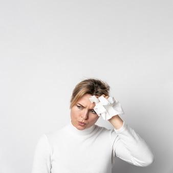 Porträt der jungen frau mit kopfschmerzen