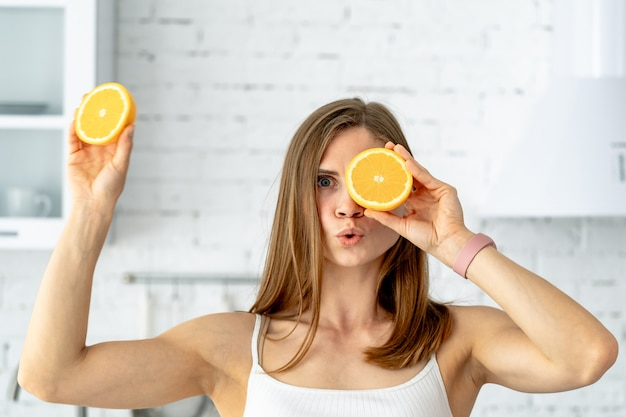 Porträt der jungen frau mit orange frucht