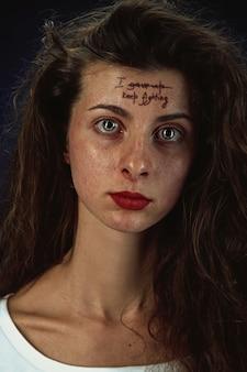 Porträt der jungen frau mit psychischen gesundheitsproblemen