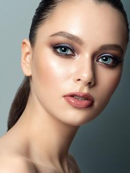 Porträt der jungen frau mit schönem make-up. jugend make-up konzept.
