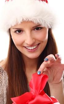 Porträt der jungen frau mit weihnachtsmütze und geschenkbox