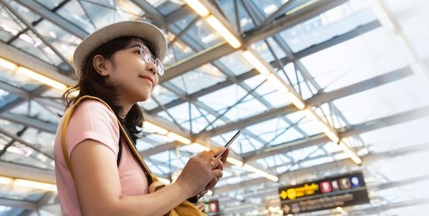 Porträt der jungen frau reisenden tragen brille und hut mit rucksack reisen am wochenende.