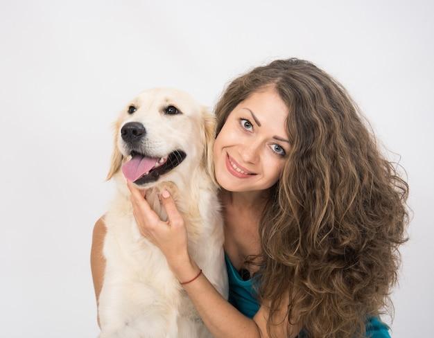 Porträt der jungen frau und des golden retriever-hundes