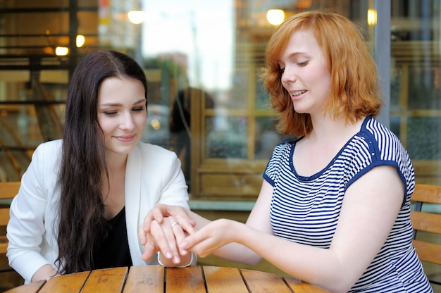 Porträt der jungen frau zwei am freienkaffee