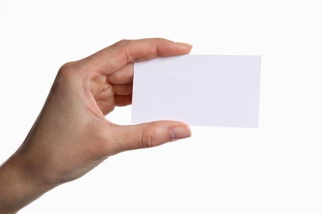 Porträt der jungen geschäftsfrau, die leere weiße visitenkarte hält