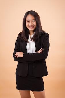 Porträt der jungen glücklichen asiatischen geschäftsfrau