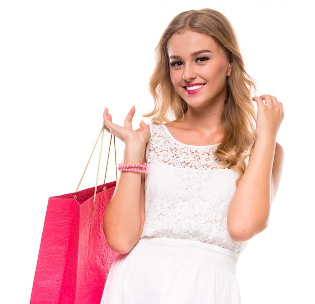 Porträt der jungen glücklichen lächelnden frau mit einkaufstasche.