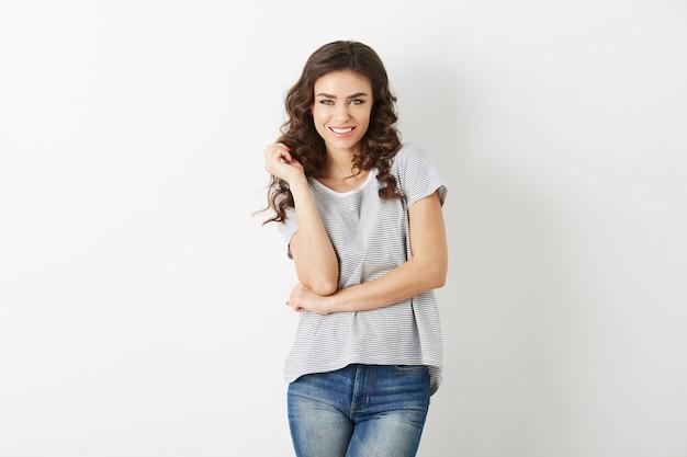 Porträt der jungen hübschen frau lächelnd, schönes modell gekleidet in lässigem outfit, lockigem haar, natürlichem blick, t-shirt, jeans, hipster-stil, schönes gesicht