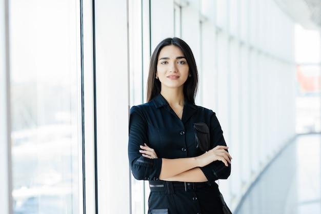 Porträt der jungen hübschen geschäftsfrau im büro.