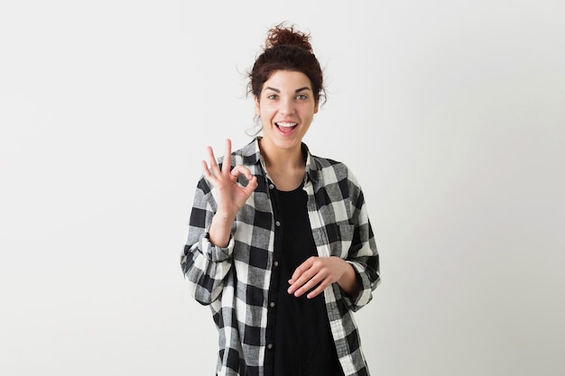 Porträt der jungen hübschen hipsterfrau, lächelnd, glücklich, fröhliche stimmung, zeigt okay zeichen, positive geste, lokalisiert auf weißem hintergrund, kariertes hemd
