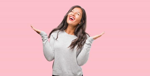 Porträt der jungen indischen frau, die spaß lacht und hat, entspannt und nett ist, fühlt sich überzeugt und erfolgreich