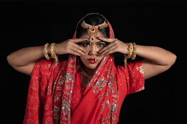 Porträt der jungen indischen frauen mit farbgesicht, das holi color festival feiert. festival in indien.