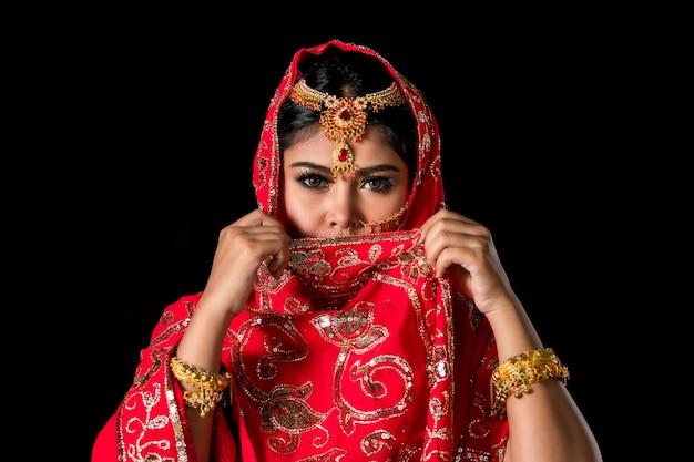 Porträt der jungen indischen frauen mit farbgesicht, das holi color festival feiert.