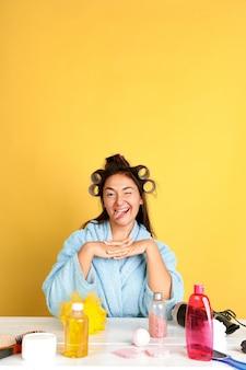 Porträt der jungen kaukasischen frau in ihrem schönheitstag und in der hautpflegeroutine