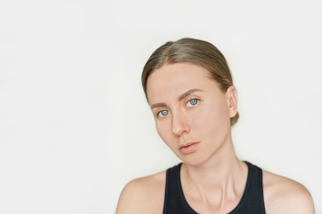 Porträt der jungen kaukasischen frau ohne make-up