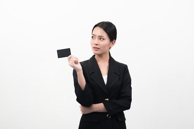 Porträt der jungen lächelnden asiatischen business-frau mit leeren kreditkarte isoliert auf grauem hintergrund