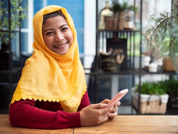 Porträt der jungen moslemischen frau in der kaffeestube