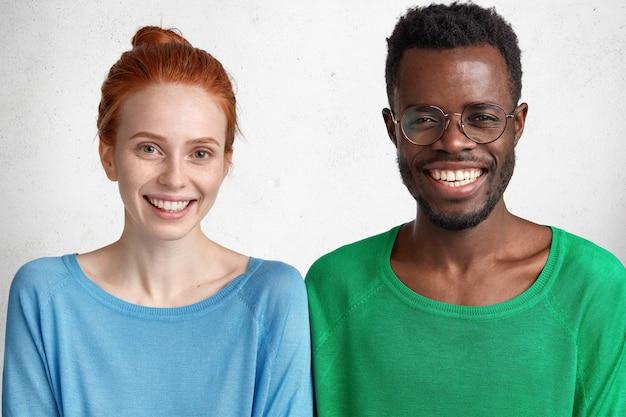 Porträt der jungen rothaarigen frau und des afroamerikanischen mannes