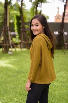 Porträt der jungen schönen asiatischen frau um die stadt von bangkok, thailand
