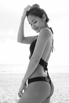 Porträt der jungen schönen asiatischen touristenfrau, die urlaub auf der insel koh lanta in thailand genießt?