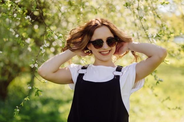 Porträt der jungen schönen attraktiven frau am sommergrünpark