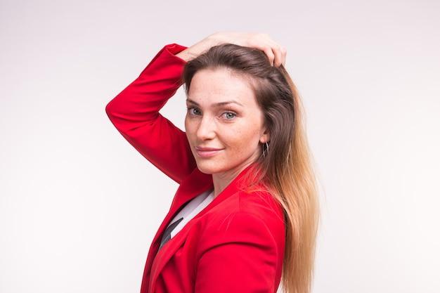 Porträt der jungen schönen dame in der roten jacke
