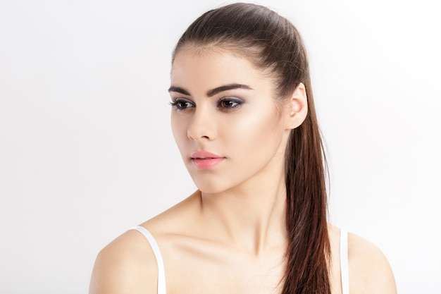 Porträt der jungen schönen frau brünette mit natürlichem make-up
