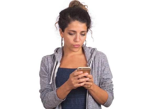 Porträt der jungen schönen frau, die ihr handy benutzt. technologie- und kommunikationskonzept.