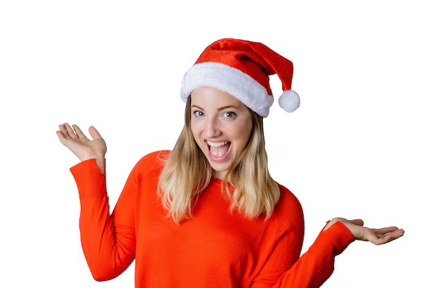 Porträt der jungen schönen frau, die weihnachtsmütze gegen weißen hintergrund auf studio trägt. weihnachts- und feiertagskonzept.