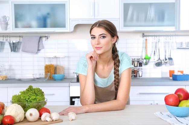 Porträt der jungen schönen frau in der küche