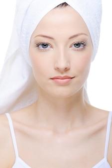 Porträt der jungen schönen frau mit handtuch auf dem kopf
